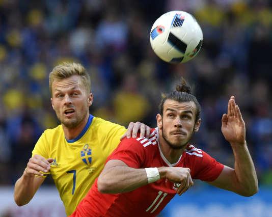 Gareth Bale s'apprête à faire une tête, le 5 juin à Stockholm.