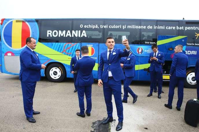 Les joueurs roumains à leur arrivée à Roissy, le 6 juin.