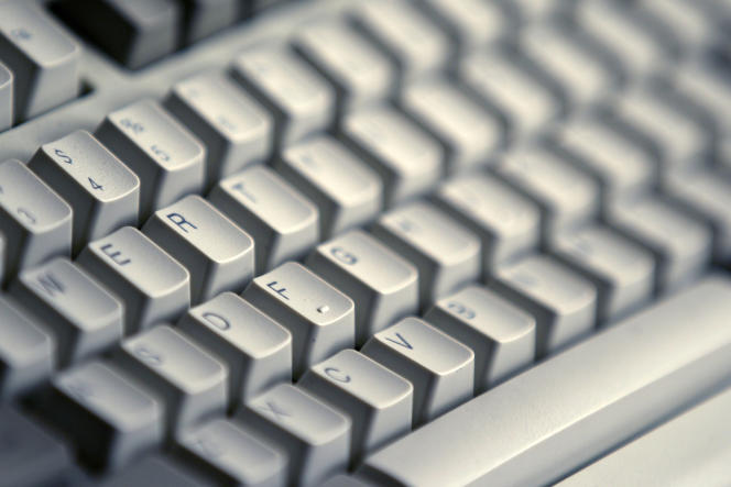 Un clavier d'ordinateur.
