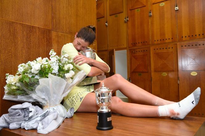 Garbine Muguruza pose avec son trophée après avoir remporté la finale de Roland-Garros face à Serena William.