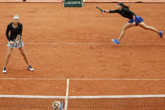 Caroline Garcia, en haut à droite, et Kristina Mladenovic lors de la finale de Roland-Garros, le 5 juin 2016.