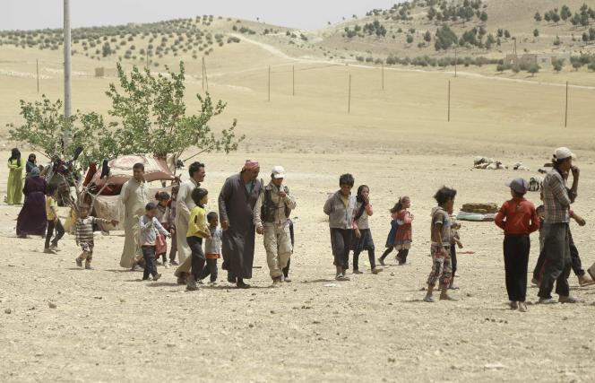 Des familles syriennes fuyant les combats entre les Forces démocratiques syriennes appuyées par la coalition internationale et l'organisation Etat islamique, à Manbij, dans le nord de la Syrie, le 4 juin.