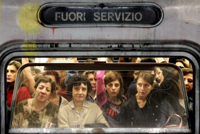 Des passagers dans le métro à Rome, le 22 octobre.
