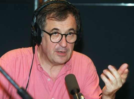 l'animateur de France-Inter et humoriste Philippe Meyer intervient à l'antenne, le 12 mai 2000 à la Maison de la Radio à Paris, dans les studios de France-Inter. / AFP PHOTO / JEAN-PIERRE MULLER
