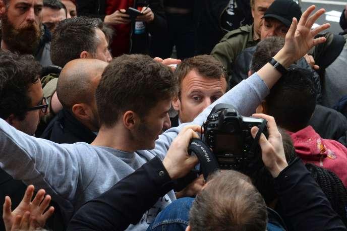 Le ministre de l'économie arrivant au bureau de poste de Montreuil (Seine-Saint-Denis), le 6 juin, pour la vente en avant-première d'un timbre consacré au Front populaire, affronte des opposants à la loi travail.