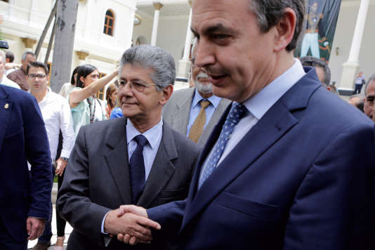 Henry Ramos Allup (à gauche), le président de l'Assemblée nationale vénézuélienne, reçoit José Luis Rodriguez Zapatero, l'ancien chef du gouvernement espagnol, àCaracas, le19mai.