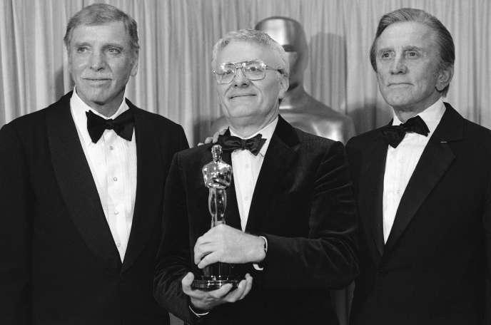 Peter Shaffer, entouré des acteurs Burt Lancaster et Kirk Douglas, le 25 mars 1985. Il a remporté l'Oscar du meilleur scénario pour l'adaptation de sa pièce «Amadeus».