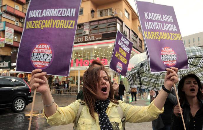 Des femmes turques protestent contre les propos d'Erdogan, le 6 juin à Ankara.
