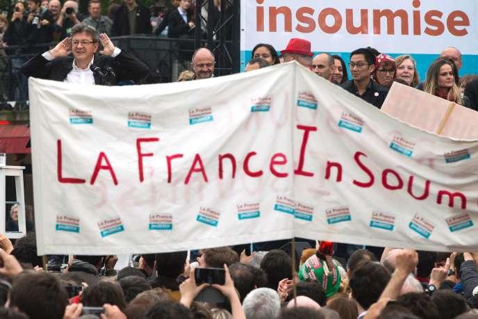 Le candidat à l'élection présidentielle 2017 Jean-Luc Melenchon (à gauche), lors de son premier meeting de campagne, place de Stalingrad, à Paris, le 5 juin.