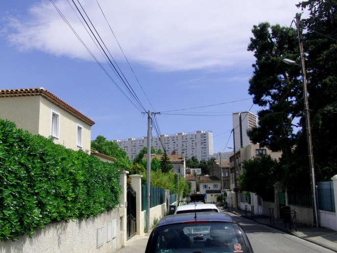 Dans le quartier pavillonnaire de La Rose, les maisons individuelles font face aux cités de Frais Vallon.