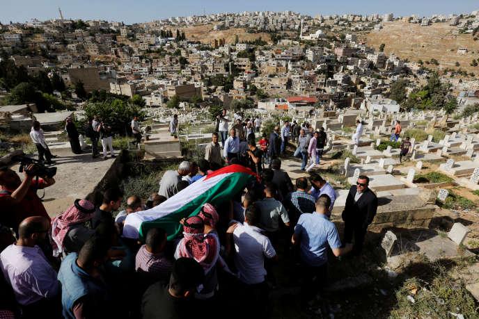 Funérailles d'un membre des services de renseignements jordaniens tué lors d'une attaque dans le camp de réfugiés palestiniens de Bakaa, en Jordanie, lundi 6 juin 2016.