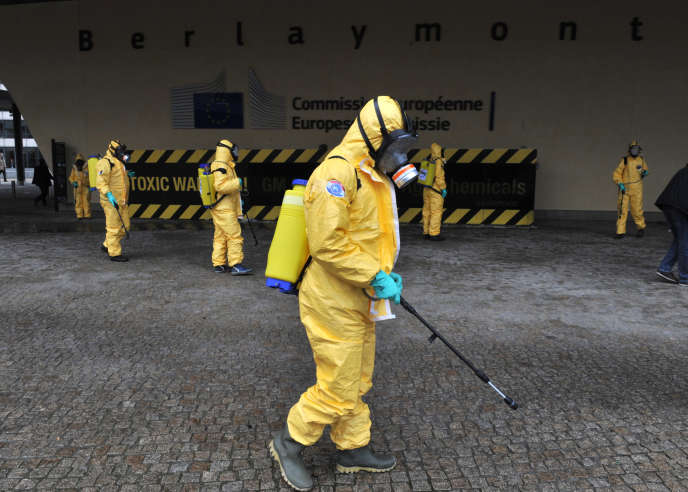 Des activistes manifestent à l'extérieur de la Commission européenne.