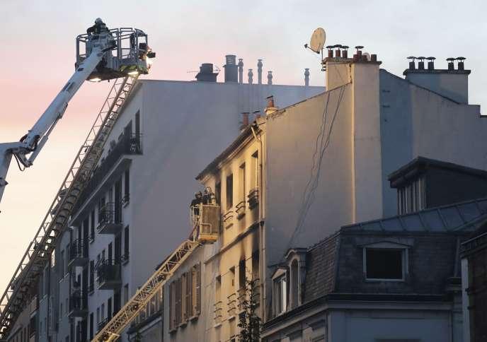Des pompiers dépêchés sur les lieux d'un incendie mortel d'un immeuble de Saint-Denis, en Seine-Saint-Denis, le 6 juin 2016.