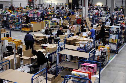 """Des employés d'un entrepôt""""C Discount"""" dans le sud de la France, en décembre 2012."""