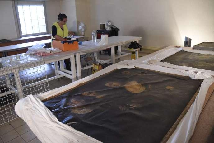 Une restauratrice travaille sur les œuvres abîmées par l'inondation, à Montargis, le 6 juin.