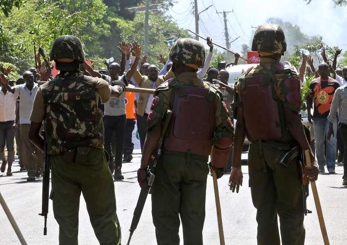 Des manifestants réclament la dissolution de la commission électorale à Kisumu, dans l'ouest du Kenya, lundi 6 juin.
