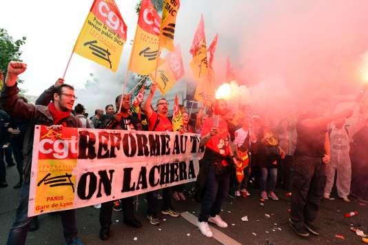 Si la CGT et SUD bloquent le projet d'accord, « il n'y aura pas de nouvelles négociations, prévient-on au gouvernement. L'accord obtenu cette nuit n'entrera pas en vigueur et il y aura des mesures unilatérales de la direction de la SNCF ».
