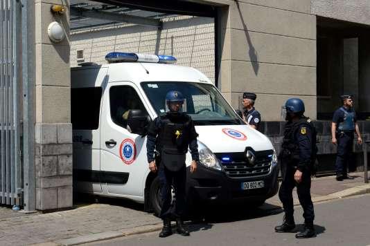 Des policiers devant les assises du Nord à Douai.