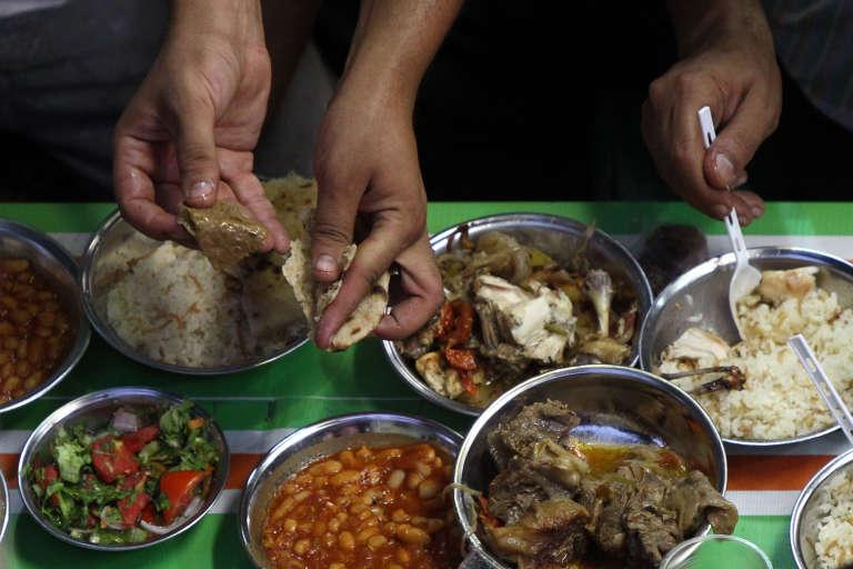 La rupture du jeûne, « iftar», durant le mois de ramadanau Caire.