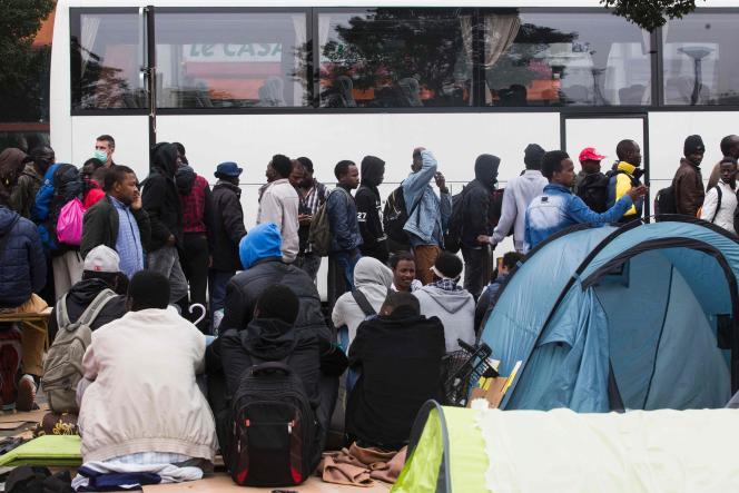 Près de 2 000 personnes ont été évacuées lundi 6 juin du campement de fortune des jardins d'Eole, dans le 18e arrondissement de Paris.