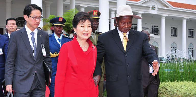 La présidente sud-coréenne Park Geun-hye en compagnie du président ougandais Yoweri Museveni, à Entebbe le 29 mai 2016.