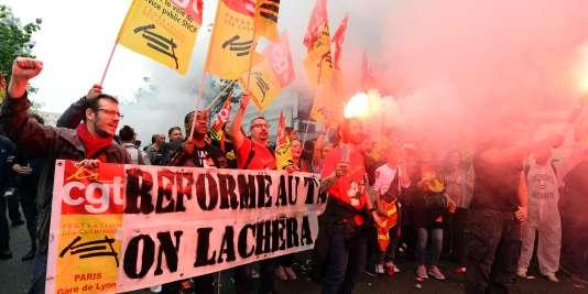 Des employés de la SNCF manifestent à Paris le 6juin.