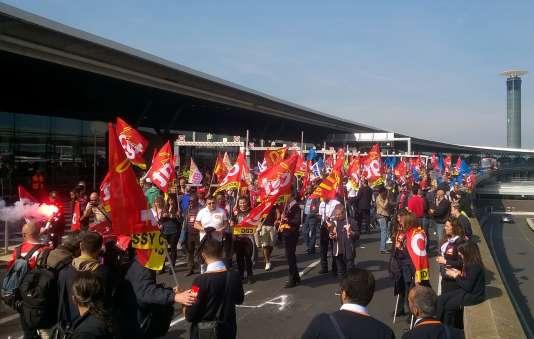 Des militants CGT, FO et Solidaires, au terminal 2F à l'aéroport Roissy-Charles-de-Gaulle,le 7 juin.