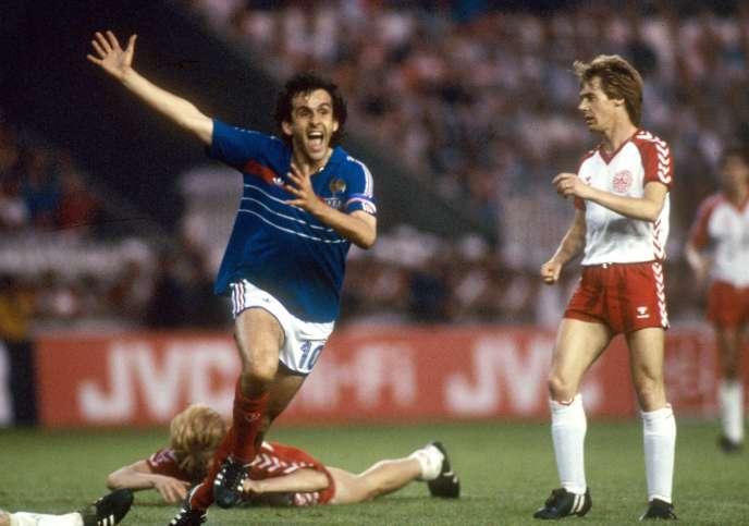 En 1984, Michel Platini (ici buteur face au Danemark)emmène les Bleus vers leur premier sacre européen en inscrivant 9 buts dans la compétition, record toujours d'actualité.