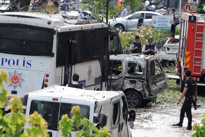 Des officiers de police inspectent le lieu de l'attaque dans le centre d'Istanbul, le7juin2016.