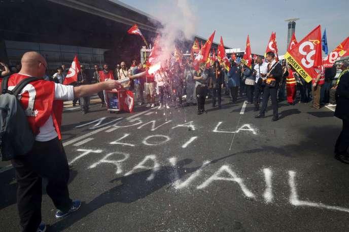 Des opposants à la loi travail à Roissy le 7 juin.