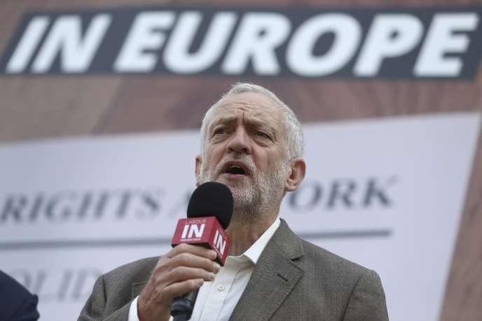 Jeremy Corbyn, leader du Parti travailliste, à Londres, le 6 juin, lors du lancement d'une affiche de campagne pour le référendum du 23 juin sur l'Union européenne.