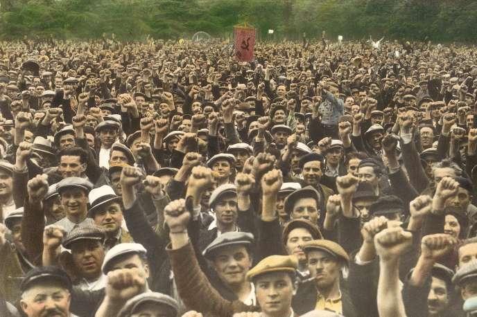 Des ouvriers du bâtiment grévistes manifestent sous la bannière du Parti communiste français, le 13juin1936, au bois de Vincennes, à Paris.