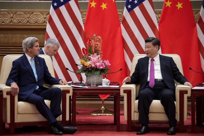 Le secrétaire d'Etat américain, John Kerry, avec le président chinois, Xi Jinping, au Palais du peuple à Pékin, mardi 7 juin 2016.