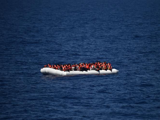 Un bateau de réfugiés attendant d'être secourus lors d'une opération avec l'Aquarius, le 24 mai.