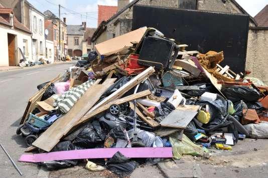 Des déchets laissés par la crue, à Montargis, le 7 juin.