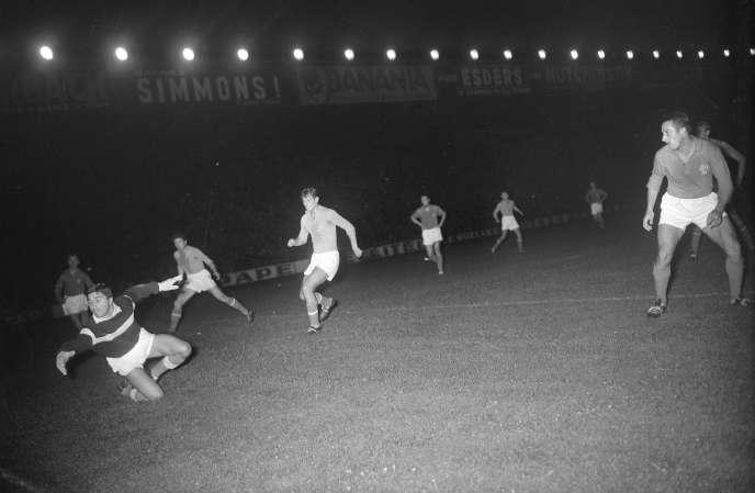 Lors de la première Coupe d'Europe des nations, en 1960, la France affronte à domicile la Yougoslavie, dans une demi-finale cauchemardesque : les Tricolores s'inclinent 4-5.