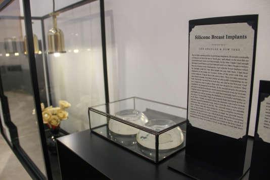 Des implants mammaires exposés au Museum of Broken Relationships de Los Angeles.