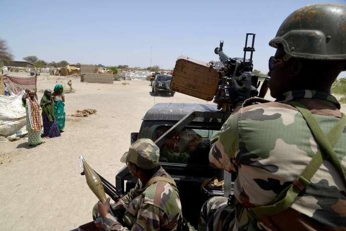 Des soldats nigériens patrouillent entre Bosso et Diffa. Bosso a subi l'attaque de Boko Haram le 3 juin provoquant la mort de 26 soldats et la fuite de milliers de personnes.