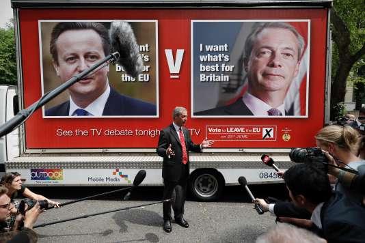 Nigel Farage, chef du Parti pour l'indépendance du Royaume-Uni (UKIP), devant les affiches avant le référendum pour ou contre le maintien dans l'Union européenne,à Londres, le 7juin.