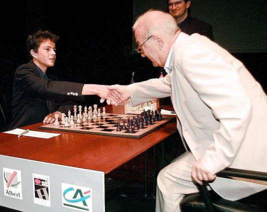 Etienne Bacrot, 14ans, serre la main du Suisse d'origine russeViktor Kortchnoï, 66ans, le 10 septembre 1997, à Albert, avant un match en six parties.