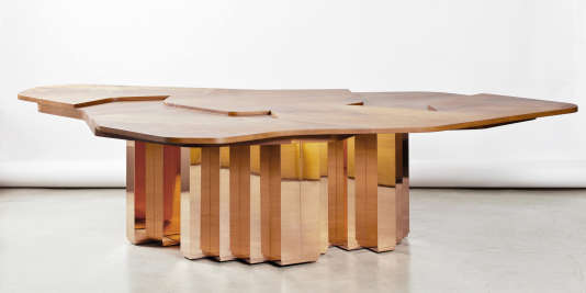 La table Terra Continens en bois d'acajou et laiton trempé dans le cuivre, Galerie Dutko, 2014.