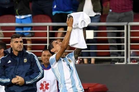 Après avoir ouvert le score face au Chili, le 6 juin, l'Argentin Angel Di Maria brandit un tee-shirt sur lequel est écrit :« Grand-mère, tu vas beaucoup me manquer. »
