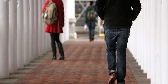 Selon une étude de l'Association of American Universities (AAU) menée en2015 auprès de 150000étudiants de 27campus américains, 20% des filles et 5% des garçons subissent au moins un contact sexuel non consenti durant leurs quatre années d'université.
