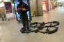 Exercice d'utilisation d'un drone de surveillance par un membre de la BRI à la gare Montparnasse à Paris le 20 avril 2016.