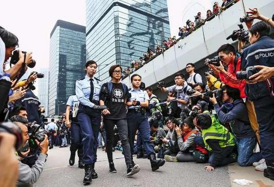 La chanteuse Denise Ho arrêtée en décembre 2014 lors d'une manifestation pro-démocratie à Hongkong.