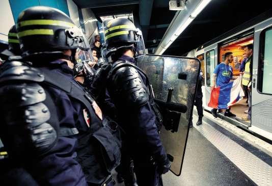 Pour mieux anticiper les débordements durant l'Euro, les CRS ont procédé à des exercices de simulations (ici à Marseille avec de faux supporteurs, le 4 mai).