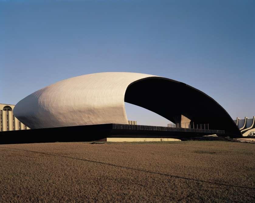 C'est au Musée de Niterói que la maison Louis Vuitton a présenté, le 28 mai, sa collection croisière. Plus qu'un cadre, c'est une source d'inspiration pour le directeur artistique Nicolas Ghesquière. Un dialogue entre « habit et habitat » mis en évidence par le photographe Romain Courtemanche. Ici, le quartier général de l'armée de terre, à Brasilia, et son étonnant« Cocha acustica», ou coquillage acoustique imaginé par Oscar Niemeyer.