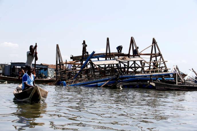 L'école flottante du bidonville de Makoko, à Lagos, s'est effondrée le 7 juin 2016 à cause des pluies de la mousson.