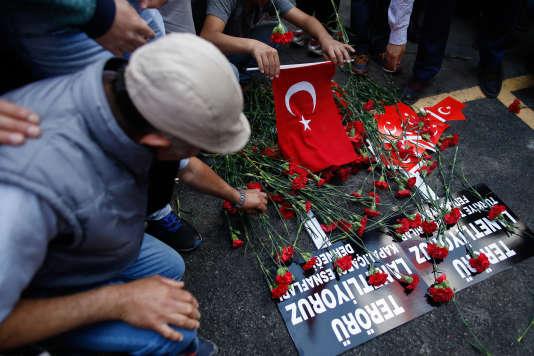 Recueuillement au lendemain de l'attentat d'Istanbul, le 8 juin.