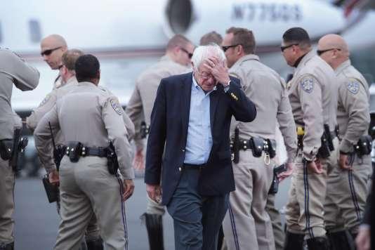 Le candidat à l'investiture démocrate, Bernie Sanders, mercredi 8 juin à l'aéroport de Los Angeles, avant demonter dans l'avion qui doit le ramener dans son Etat du Vermont après sa défaite face à Hillary Clinton. Le sénateur a dit qu'il comptait continuer la campagne jusqu'à la convention de juillet.